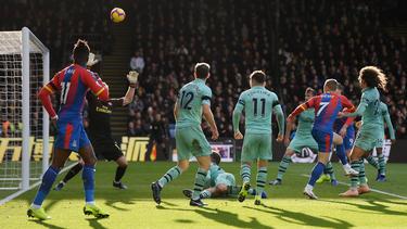 Max Meyer (r.) verfehlt das Tor im Heimspiel gegen den FC Arsenal