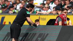 Schiedsrichter Manuel Gräfe sah sich die umstritten Situation genauer an