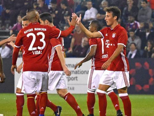 Bayerns Fabian Benko (r.) schnürte gegen Eupen einen Doppelpack