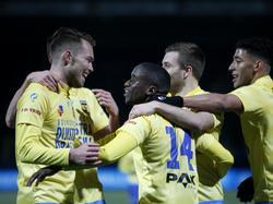 Sander van de Streek (l.) wordt gefeliciteerd door zijn ploeggenoten van SC Cambuur. De middenvelder is opnieuw trefzeker. (24-02-2017)