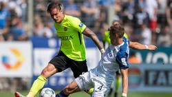 Bochums Simon Lorenz (r.) versucht Wiesbadens Manuel Schäffler vom Ball zu trennen