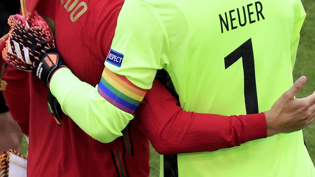 Die Kapitänsbinde von Manuel Neuer wird zum Politikum