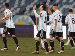 Messi celebra un gol ante Bolivia en noche perfecta para Argentina.