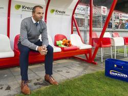 VVV-Venlo trainer Maurice Steijn kijkt vanaf de bank in de Geusselt toe hoe zijn team zich voorbereidt op het duel met MVV. (12-09-2014)