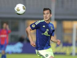 Arkadiusz Milik houdt zijn oog op de bal in het bekerduel tegen JOS Watergraafsmeer. (24-09-2014)