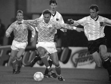 Matthias Döschner von der DDR dribbelt den Ball durch das Mittelfeld