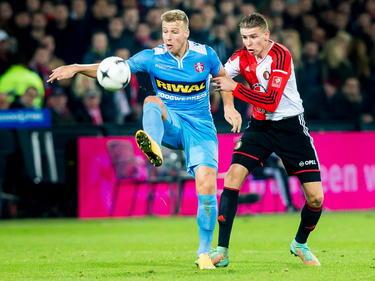 Sven van Beek (r.) probeert Rick ten Voorde (l.) de bal af te pakken tijdens Feyenoord - FC Dordrecht. (22-11-2014)