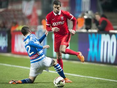 FC Twente-aanvaller Youness Mokhtar (r.) snelt langs Zwollenaar Bram van Polen (l.) in de halve finale van de KNVB Beker. (07-04-2015)