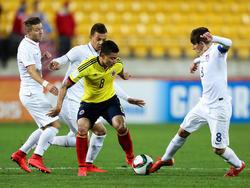 Alexis Zapata behauptet sich gegen drei US-Boys