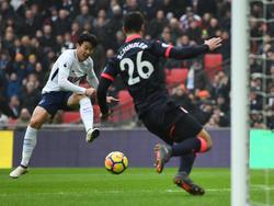 Son Heung-Min dispara a portería contra el Huddersfield. (Foto: Getty)