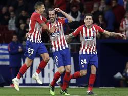 Godín (centro) es felicitado por su tanto ante el Girona. (Foto: Getty)