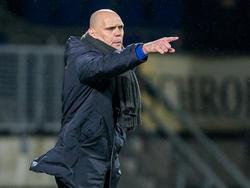 Jurgen Streppel geeft zijn spelers aanwijzingen tijdens de competitiewedstrijd Willem II - Heracles Almelo. (29-01-2016)