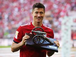 Robert Lewandowski vom FC Bayern München mit der Torjägerkanone