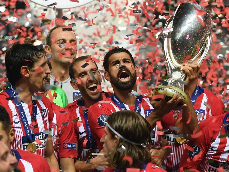 Diego Costa levanta el trofeo conseguido por los colchoneros. (Foto: Getty)