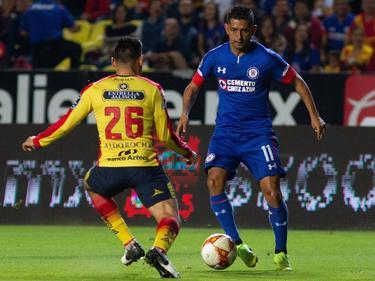 Elías Hernández (dcha.) intenta regatear a Rocha. (Foto: Imago)