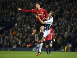 Zlatan Ibrahimović (l.) im Luftduell mit West Broms Craig Dawson (17.12.16).