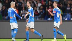 Fabián (centro) es felicitado por Callejón tras un gol.