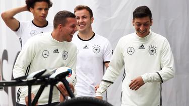 Lukas Podolski nimmt Mesut Özil in Schutz