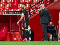 Zidane le da indicaciones a Benzema durante el último duelo en Granada.