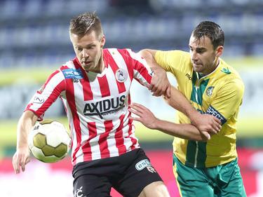 Johan Voskamp (l.) vecht een duel uit met Roel Janssen (r.) tijdens het competitieduel Fortuna Sittard - Sparta Rotterdam. (20-11-2015)