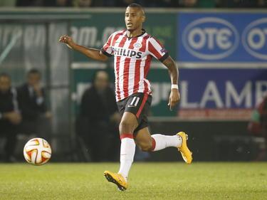 Luciano Narsingh behoudt het overzicht tijdens het Europa League-duel Panathinaikos - PSV. (07-11-2014).
