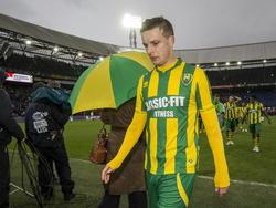 Timothy Derijck loopt teleurgesteld van het veld na de verloren wedstrijd tegen Feyenoord. De verdediger maakte in de eerste helft een eigen doelpunt, alweer zijn derde van het seizoen in de Eredivisie. (01-02-2015)