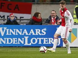 Lasse Schöne met de bal aan de voet tijdens Ajax - AZ Alkmaar. (05-02-2015)