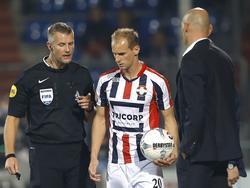Richard Liesveld (l.) spreekt Frank van der Struijk (m.) toe terwijl Willem II-trainer Jurgen Streppel toekijkt. (03-10-2015)