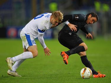 Lazios Alessandro Matri (r.) im Zweikampf mit Roman Bezus von Dnipro Dnipropetrovsk.