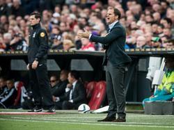 Frank de Boer staat koortsachtig aan de zijlijn tijdens De Klassieker. Bij winst op Feyenoord staat Ajax vier punten los in de Eredivisie. (08-11-2015)