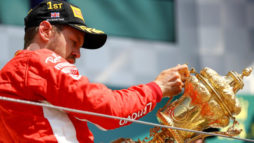 Sebastian Vettel küsste seinen Pokal, auch wenn sein Name auf dem Sockel fehlte