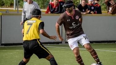 Besondere Ehre für Serdal Celebi (r.) vom FC St. Pauli