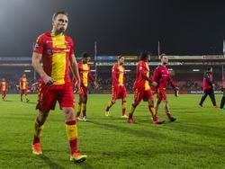 Xandro Schenk loopt teleurgesteld het veld af na de bekeruitschakeling van Go Ahead Eagles tegen de Jodan Boys. (25-10-2016)