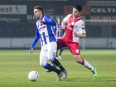 Ali Akla (r.) moet in de achtervolging bij Younes Namli (l.) tijdens het bekerduel IJsselmeervogels - sc Heerenveen (13-12-2016).