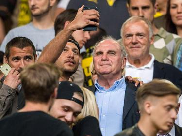 Nicht alle Zuschauer waren in Dortmund so nett zu Uli Hoeneß wie dieser Selfie-Fan