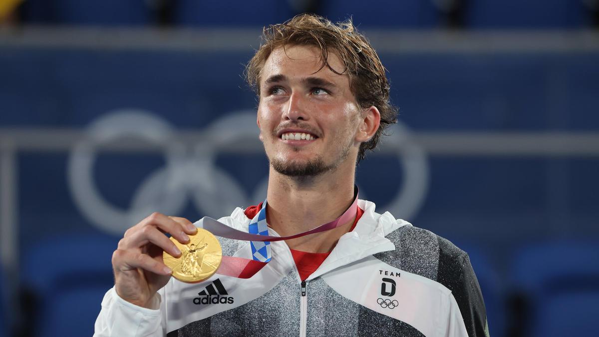 Tennis-Olympiasieger Alexander Zverev zeigt stolz seine Goldmedaille