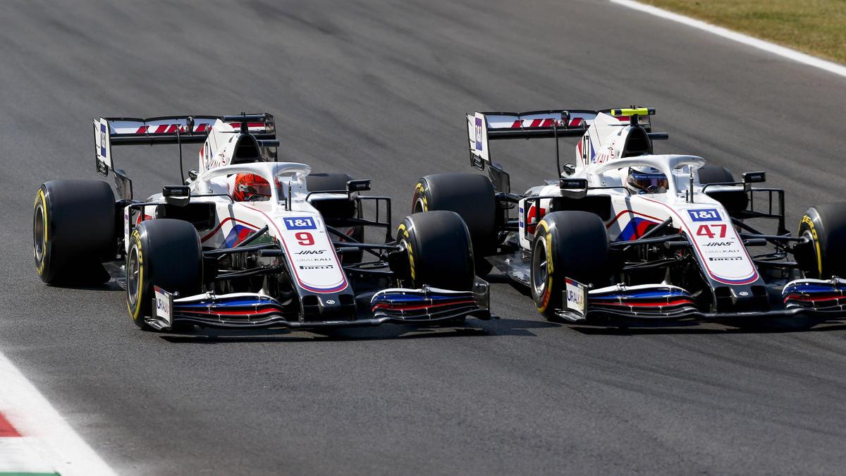 Nikita Mazepin (l.) und Mick Schumacher im Rad-an-Rad-Duell in Monza