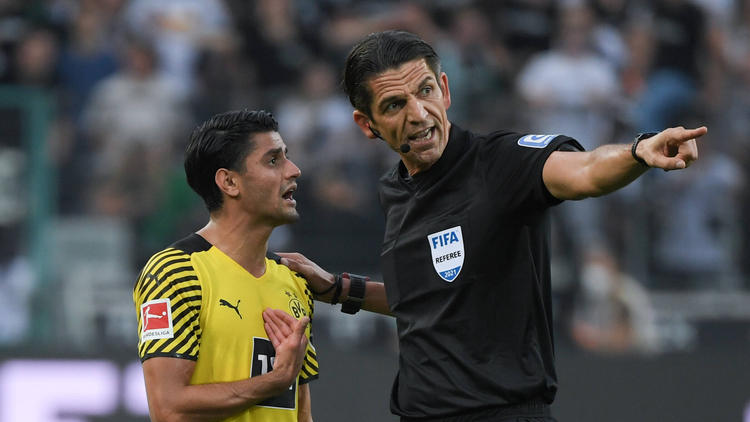 Mo Dahoud vom BVB (l.) im Austausch mit Schiedsrichter Deniz Aytekin