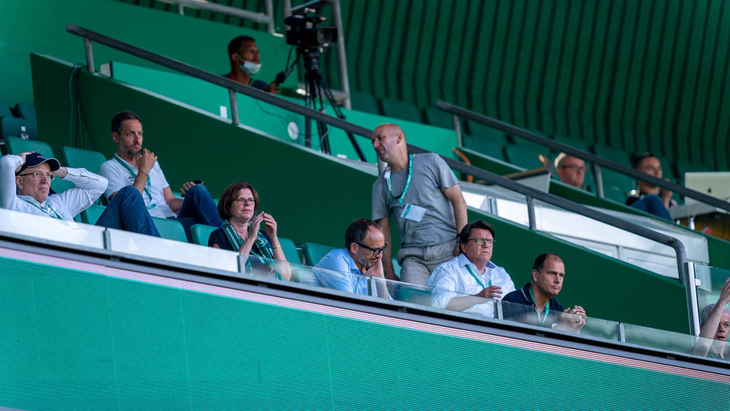 Bremens Geschäftsführer Klaus Filbry (r.) hat in dieser Spielzeit gelitten