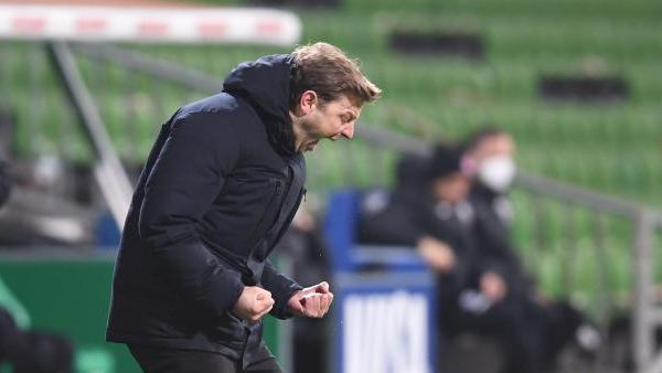 Werder-Coach Florian Kohfeldt jubelt über den Bremer Sieg