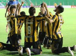 Los jugadores de Guaraní celebran la victoria.
