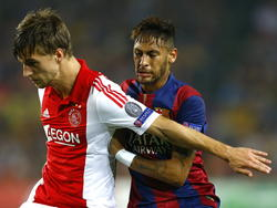 Joël Veltman (l.) voorkomt dat Neymar aan de bal komt door zijn lichaam ervoor te gooien. (21-10-2014)