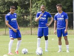 Caner Çavlan (l.), Youssef el Jebli (m.) en Karim Tarfi (r.) kunnen lachen tijdens de eerste training van De Graafschap. (28-06-2015)