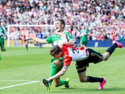 Thomas Lam (l.) en Feyenoorder Michiel Kramer (r.) houden elkaar vast, maar het is de Zwollenaar die de overtreding tegen krijgt. (27-09-2015)