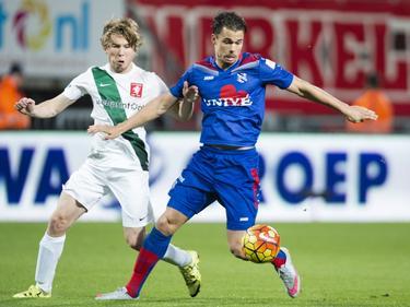Jeroen van der Lely (l.) duelleert met Mitchell te Vrede (r.) tijdens het competitieduel FC Twente - sc Heerenveen. (07-11-2015)