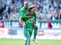 Werder Bremen verzekert zich op de laatste speeldag van de Bundesliga van handhaving op het hoogste niveau. Theodor Gebre Selassie (l.) viert dit feestje met Jannik Vestergaard. (14-05-2016)