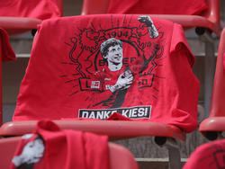 Leverkusens Stefan Kießling wird nach 12 Jahren im Bayer-Dress vor der Partie verabschiedet
