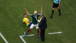 Neymar liegt auf dem Boden, Miguel Layún kann es nicht fassen