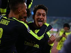 Mesut Özil hizo un golazo para clasificar al Arsenal a la siguente ronda. (Foto: Imago)
