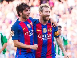 Für Sergi Roberto (li.) ist klar, dass Lionel Messi der beste Fußballer der Welt ist